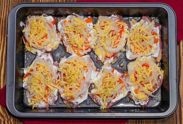 Vlees koken met ananasgroenten en kaas om te bakken