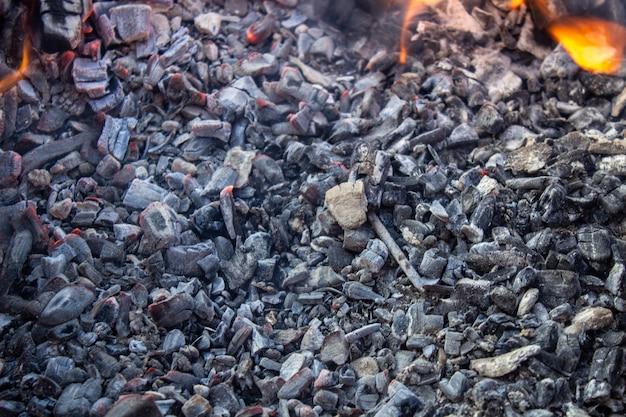 Vlees koken op het vuur. shish kebab op de grill. in de winter wordt de barbecue buiten aangestoken. bak shish kebabs op de grill