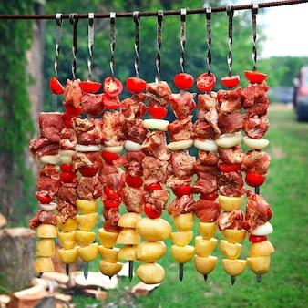 Vlees met groenten en aardappelen, gekookt voor barbecue.