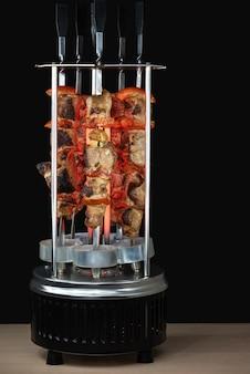 Vlees met groenten op de elektrische grill verticale elektrische grill om te koken