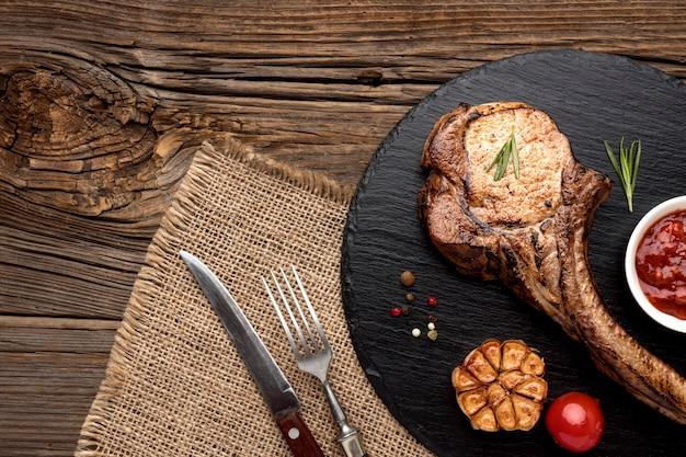 Vlees met saus op een houten bord