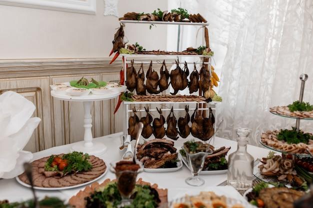 Vlees op de cateringtafel van het evenement