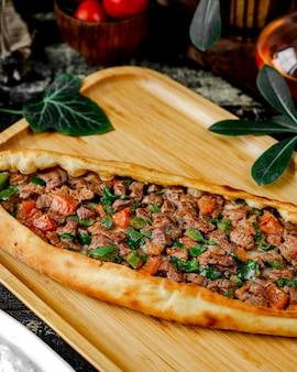 Vlees pide met peper en kaas