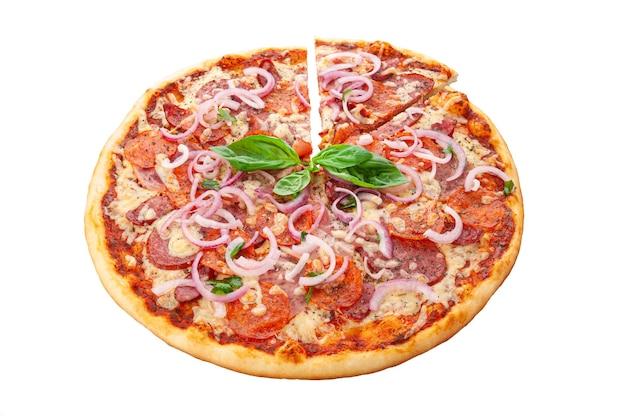 Vlees pizza. mozzarella kaas, cervelat, ham, koud gerookte varkensvlees balik, gerookte borst, pepperoni worstjes, roomsaus, rode ui, oregano. witte achtergrond. geïsoleerd. detailopname.