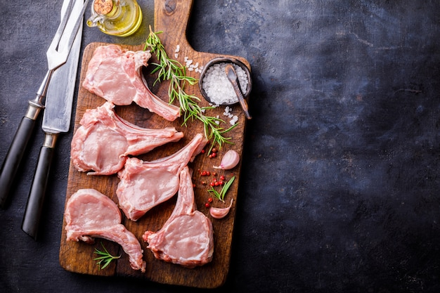 Vlees rauwe verse schapenvlees op het bot specerijen chesno rozemarijn