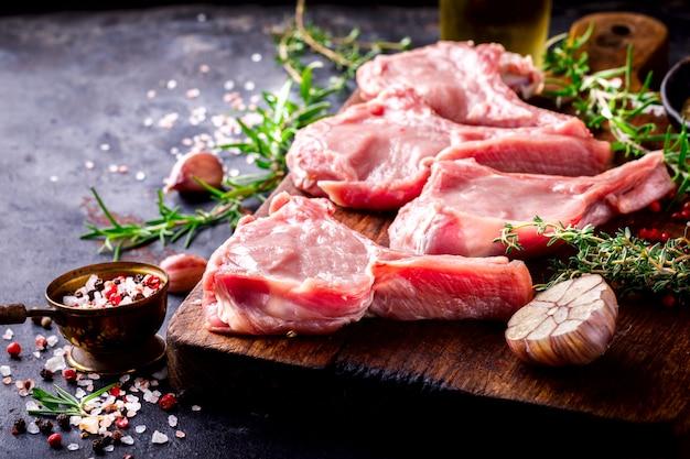 Vlees rauwe verse schapenvlees op het bot specerijen chesno