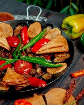 Vlees salie met champignons aardappelen paprika en aubergine
