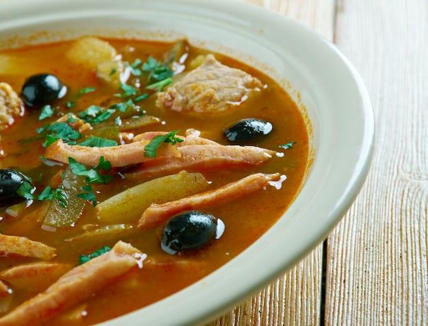 Vlees seljanka dikke, pittige en zure russische soep. ingrediënt vlees, ingelegde komkommers, ham, worstjes of champignons.