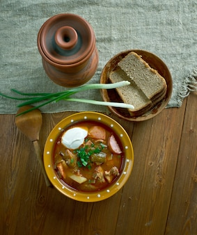 Vlees seljanka dikke, pittige en zure russische soep