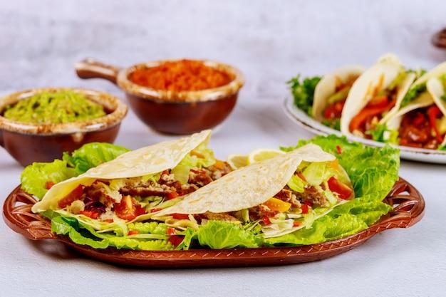 Vlees, sla, tomaat en kaas in zachte tortilla's