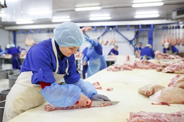 Vlees snijden in slachthuis