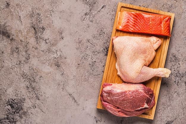 Vlees, vis, kip op het bord, bovenaanzicht.