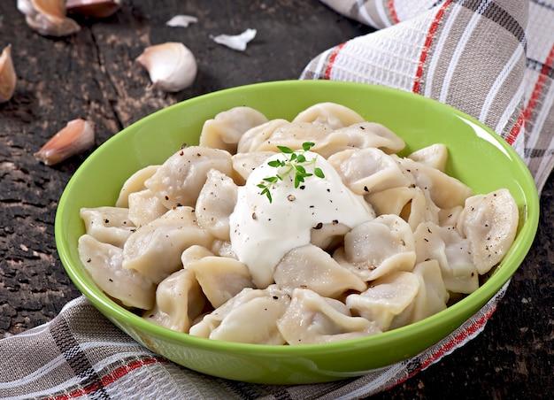 Vleesbollen - russische gekookte pelmeni in plaat
