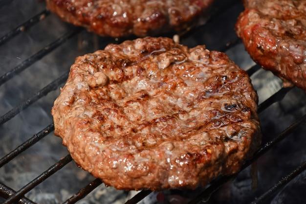 Vleesburgers voor op de grill gegrilde hamburger