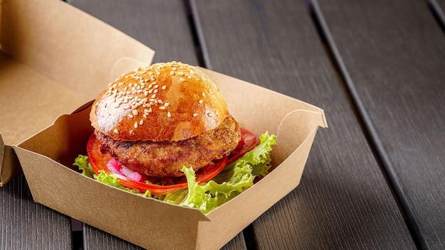 Vleeskotelet hamburger in kartonnen doos