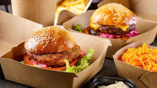 Vleeskoteletburgers in kartonnen dozen