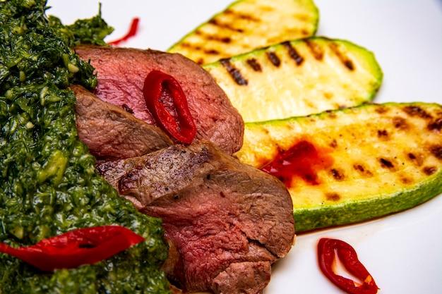 Vleeskruiden en courgette bestrooid met chilipepers