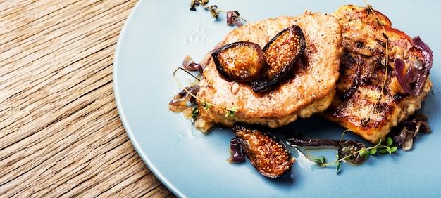 Vleeslapje vlees met fig. op plaat