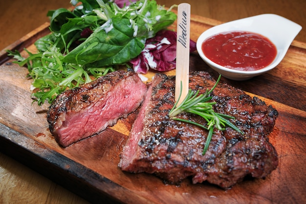 Vleeslapje vlees op een houten bord