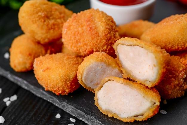 Vleesnuggets met saus en kruiden