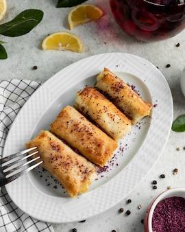 Vleespannenkoek gegarneerd met ã¼ith gedroogde berberis