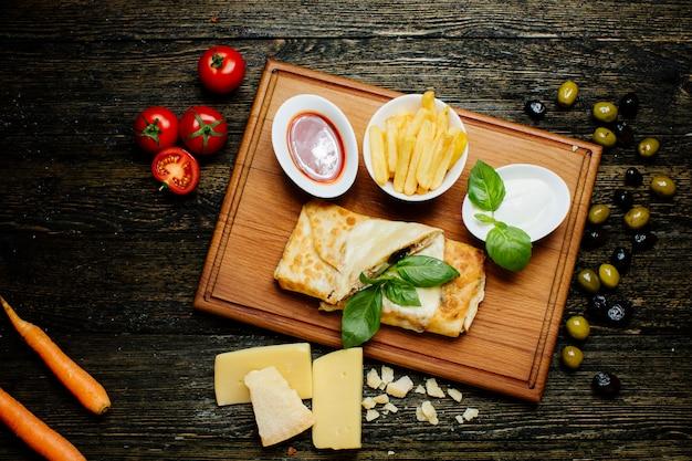 Vleespannenkoekjes met friet en ketchup
