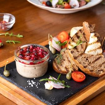 Vleespastei met cranberrysaus en krokant brood