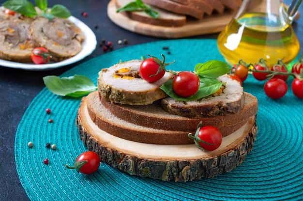 Vleesrolletjes op roggebrood met kerstomaatjes en basilicum