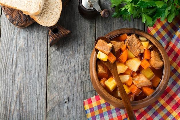 Vleessoepestofado met aardappelen, wortelen en kruiden. traditionele mexicaanse gerechten. selectieve aandacht. bovenaanzicht.