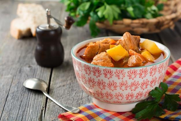 Vleessoepestofado met aardappelen, wortelen en kruiden. traditionele mexicaanse gerechten. selectieve aandacht.
