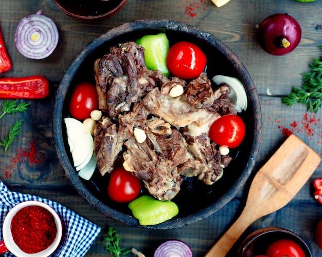 Vleessoyutma met groenten op de lijst