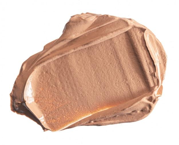 Vlek vlek van een crème foundation geïsoleerd op wit