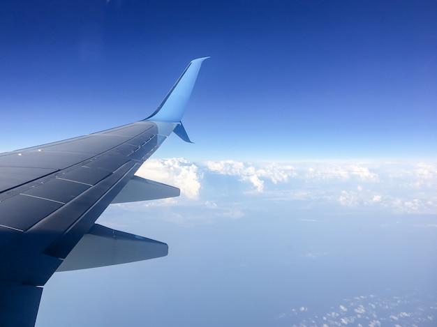 Vleugel van het vliegtuig tegen de hemel