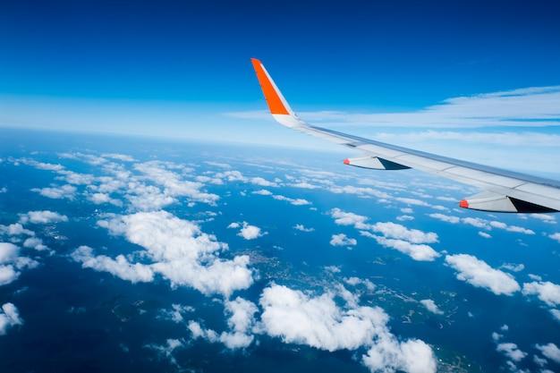 Vleugel van vliegtuig vanuit venster