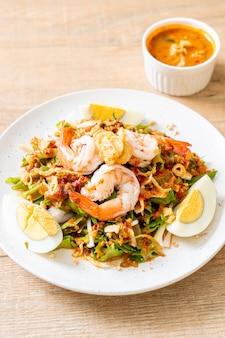 Vleugelboon of betelnoten pittige salade met garnalen en garnalen