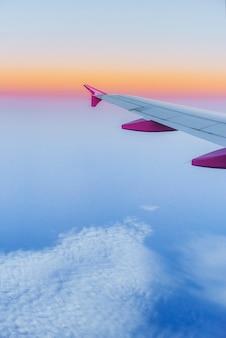 Vleugelvliegtuigen en een weergave van stapelwolken