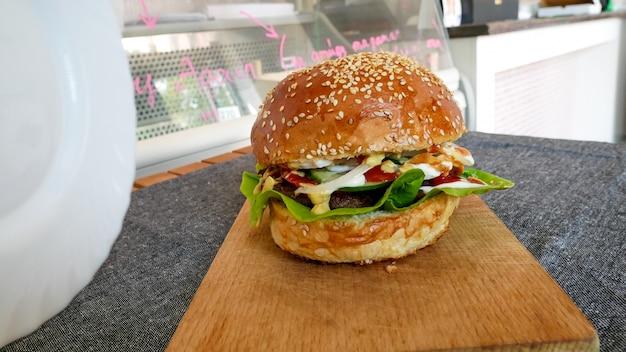 Vlezige hamburger in een restaurant