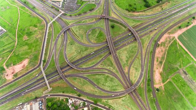 Vlieg over het complexe kruispunt. zonnige dag. modern brazilië.