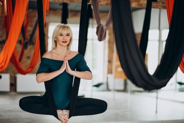 Vlieg yoga vrouwelijke instructeur in de sportschool