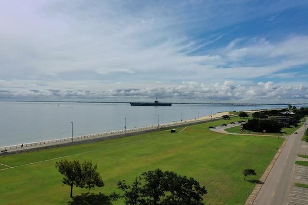 Vliegdekschip op zee op weg naar zee