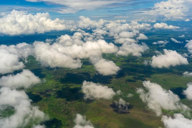 Vliegen boven de aarde en boven de wolken op het grondgebied van tanzania, oost-afrika.