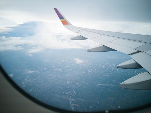 Vliegen en reizen, uitzicht vanuit vliegtuigraam