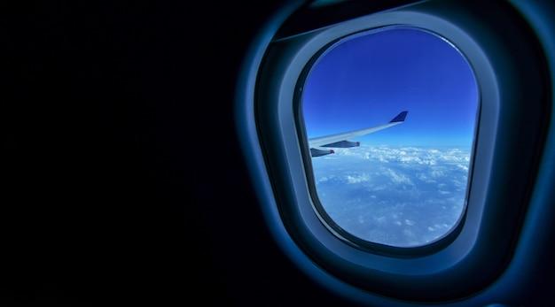 Vliegen en reizen, weergave van prachtige wolk en vleugel van vliegtuig vanuit venster, copyspace