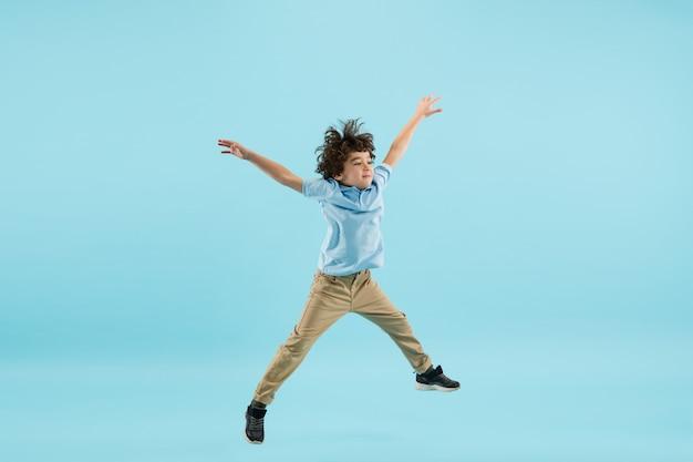 Vliegen, hoog springen. jeugd en dromen over een grote en beroemde toekomst.