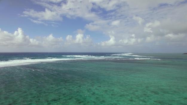 Vliegen over de indische oceaan aan de kust van het eiland mauritius