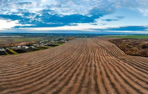 Vliegen over een veld van groeiende tarwe.
