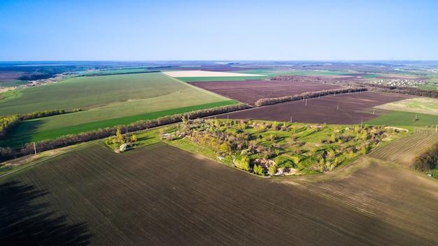 Vliegen over velden ingezaaid met landbouwgewassen