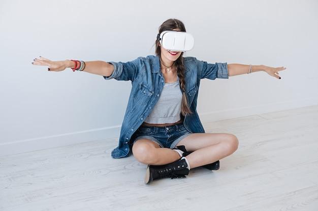 Vliegend meisje tijdens het gebruik van vr-bril