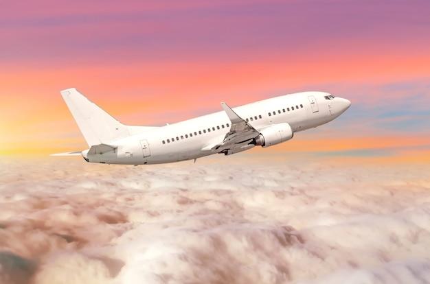 Vliegend vliegtuig boven de wolken