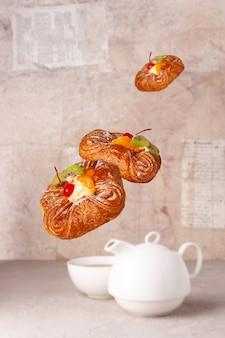 Vliegende broodjes met fruit op een beige achtergrond